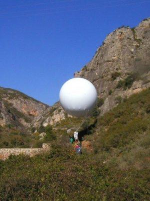 Traslado de máquina de sondeos con globo en accesos difíciles